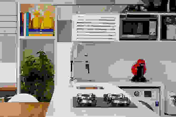 Modern style kitchen by Joana & Manoela Arquitetura Modern