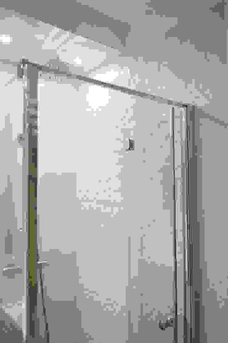 MAŁA ŁAZIENKA W BIELI Nowoczesna łazienka od Denika Nowoczesny