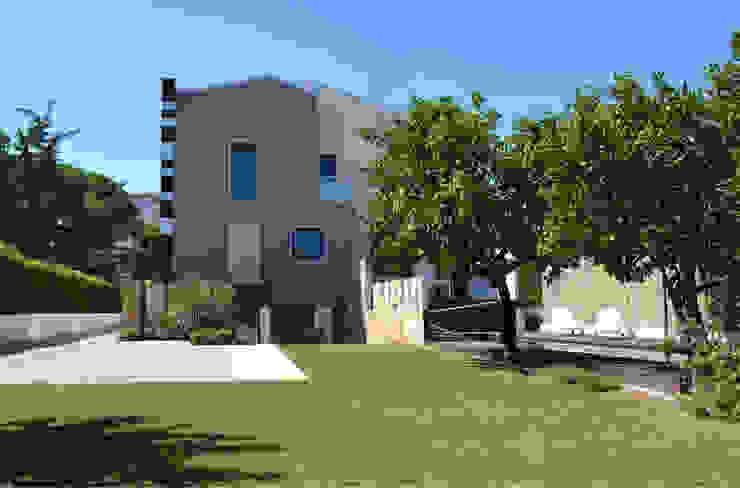 Villa padronale con parco e piscina - vista dal giardino Case moderne di studioIDEAM Moderno