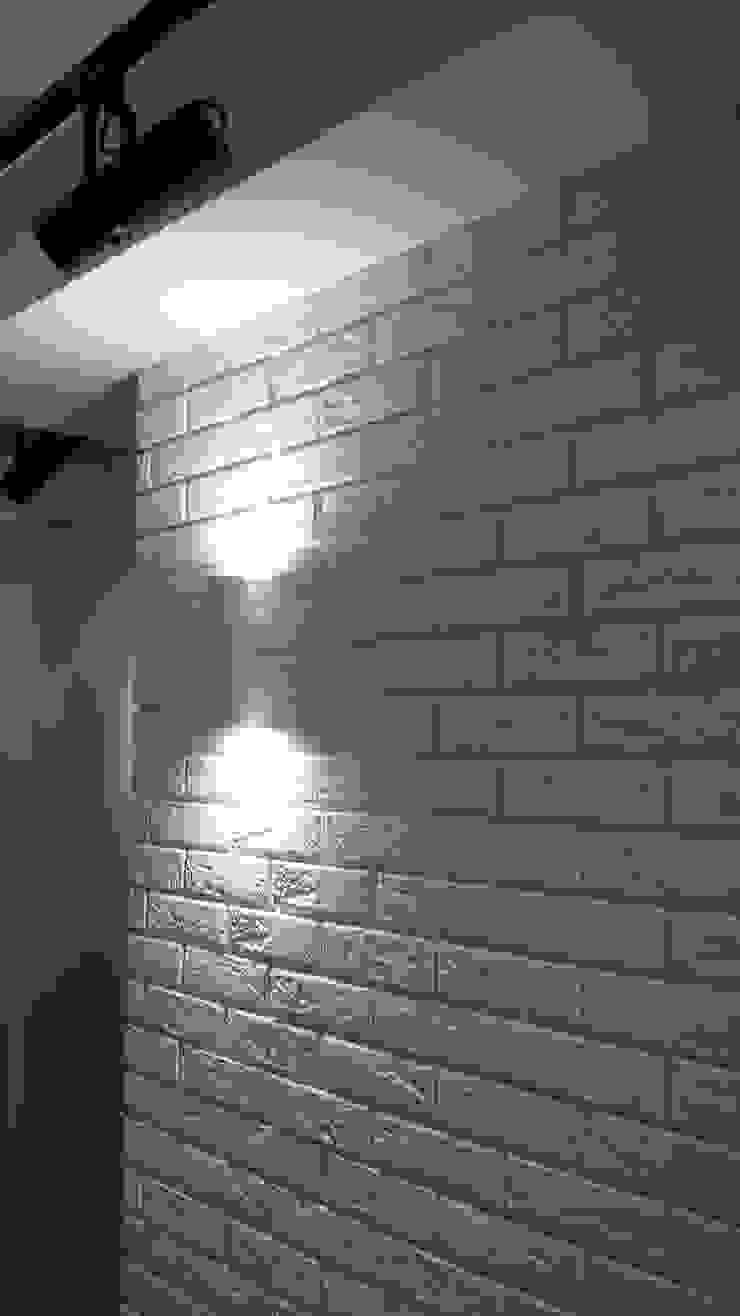Mieszkanie dla pary Klasyczny korytarz, przedpokój i schody od Denika Klasyczny