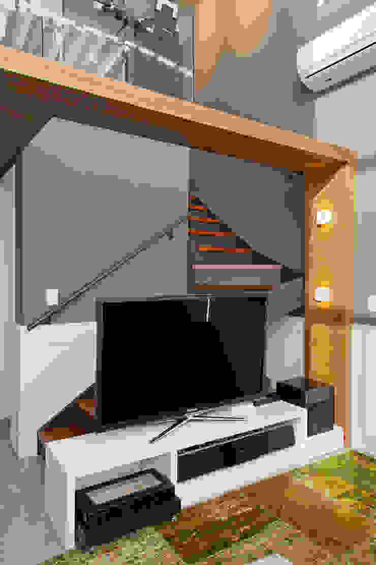 Modern living room by Joana & Manoela Arquitetura Modern