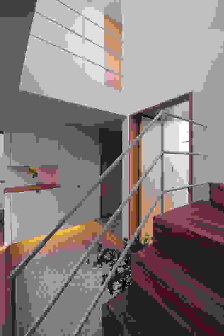 アトリエ スピノザ Pasillos, vestíbulos y escaleras de estilo escandinavo