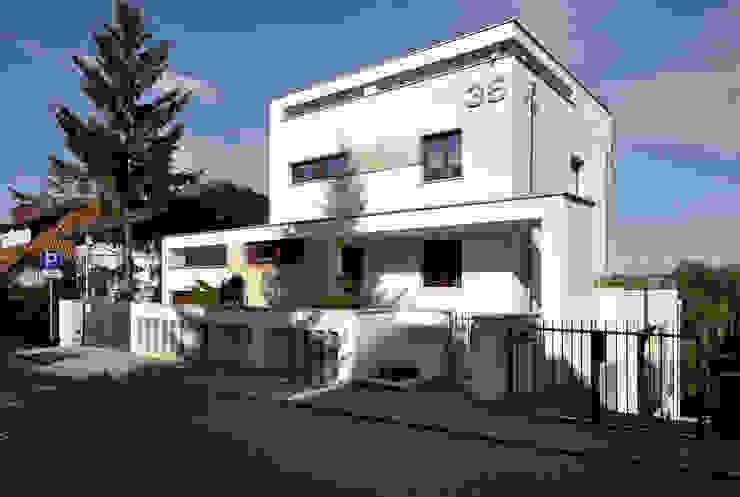 Elewacja frontowa domu po rozbudowie - ujęcie nr 1. od Architectus Pracownia Projektowa