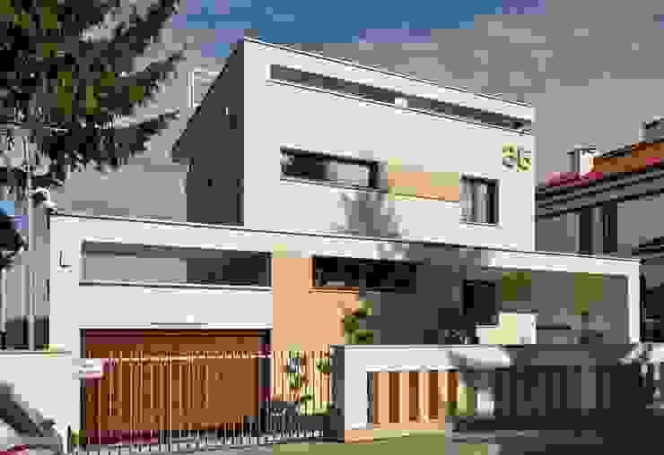 Elewacja frontowa domu po rozbudowie - ujęcie nr 3. od Architectus Pracownia Projektowa