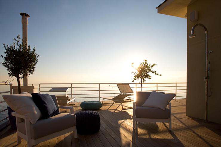 NEL BLU   Genova Giardino in stile mediterraneo di marta carraro Mediterraneo Legno Effetto legno