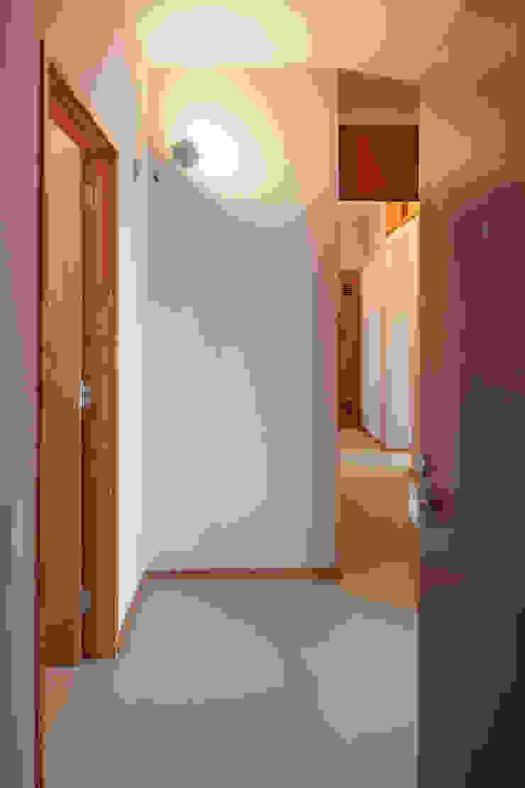 Restauro de apartamento no Bloco das Águas Livres, Lisboa Corredores, halls e escadas modernos por Alberto Caetano Moderno