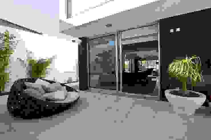 A.F. House Atelier d'Arquitetura Lopes da Costa Balcone, Veranda & Terrazza in stile moderno