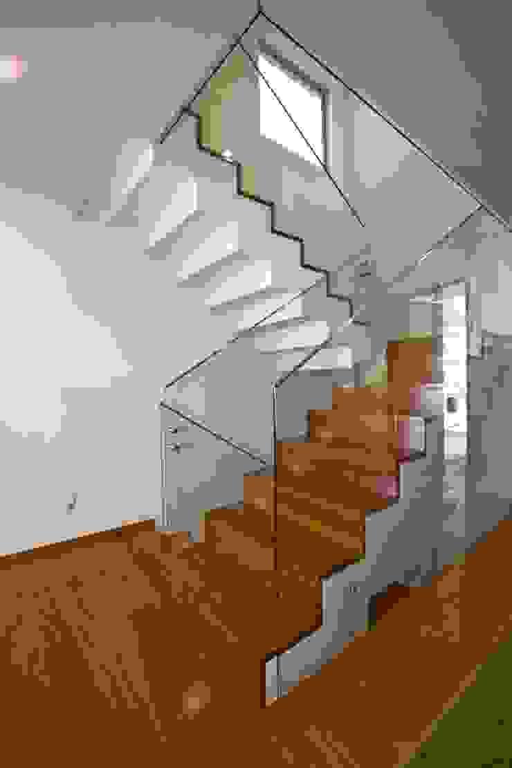Casa A.F. | atelier d'arquitectura J. A. Lopes da Costa Corredores, halls e escadas modernos por Atelier d'Arquitetura Lopes da Costa Moderno Madeira Acabamento em madeira