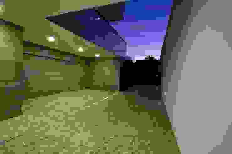 Casa A.F. | atelier d'arquitectura J. A. Lopes da Costa Garagens e arrecadações modernas por Atelier d'Arquitetura Lopes da Costa Moderno