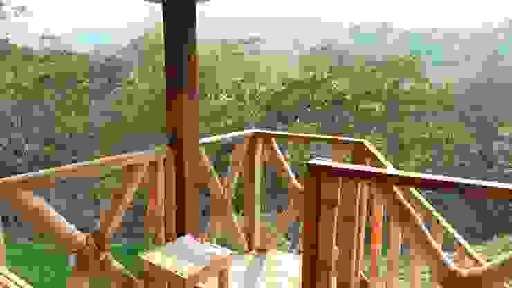 Pueblo Autosuficiente ABCDEstudio Balcones y terrazas de estilo tropical Madera Acabado en madera
