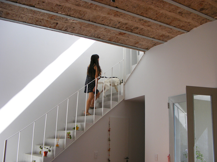 Perforación del entre piso Pasillos, vestíbulos y escaleras modernos de PERSPECTIVA Moderno