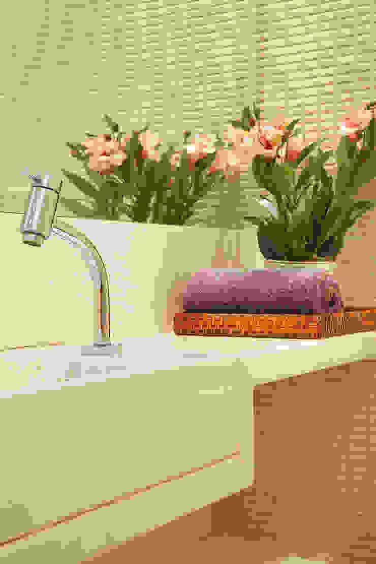 Escritório Leblon - Detalhe Banheiro Lojas & Imóveis comerciais modernos por Adoro Arquitetura Moderno Mármore