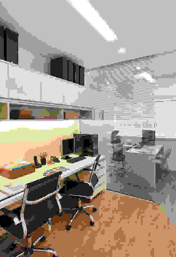 Escritório Leblon - Sala Funcionários Lojas & Imóveis comerciais modernos por Adoro Arquitetura Moderno MDF