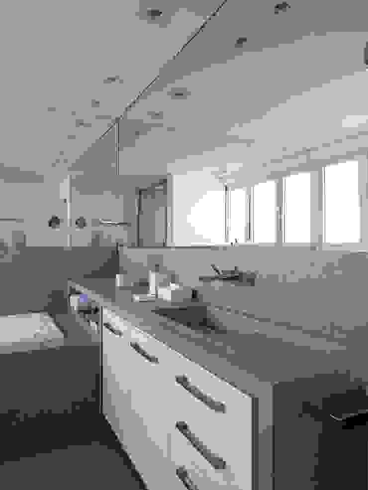 Apartamento Vila Nova Conceição 1 Banheiros modernos por Antônio Ferreira Junior e Mário Celso Bernardes Moderno