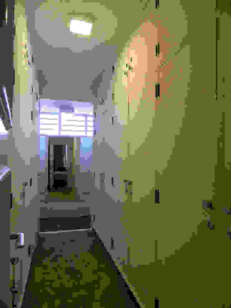 Residência 500m² Closets por Fabiana Rosello Arquitetura e Interiores Moderno