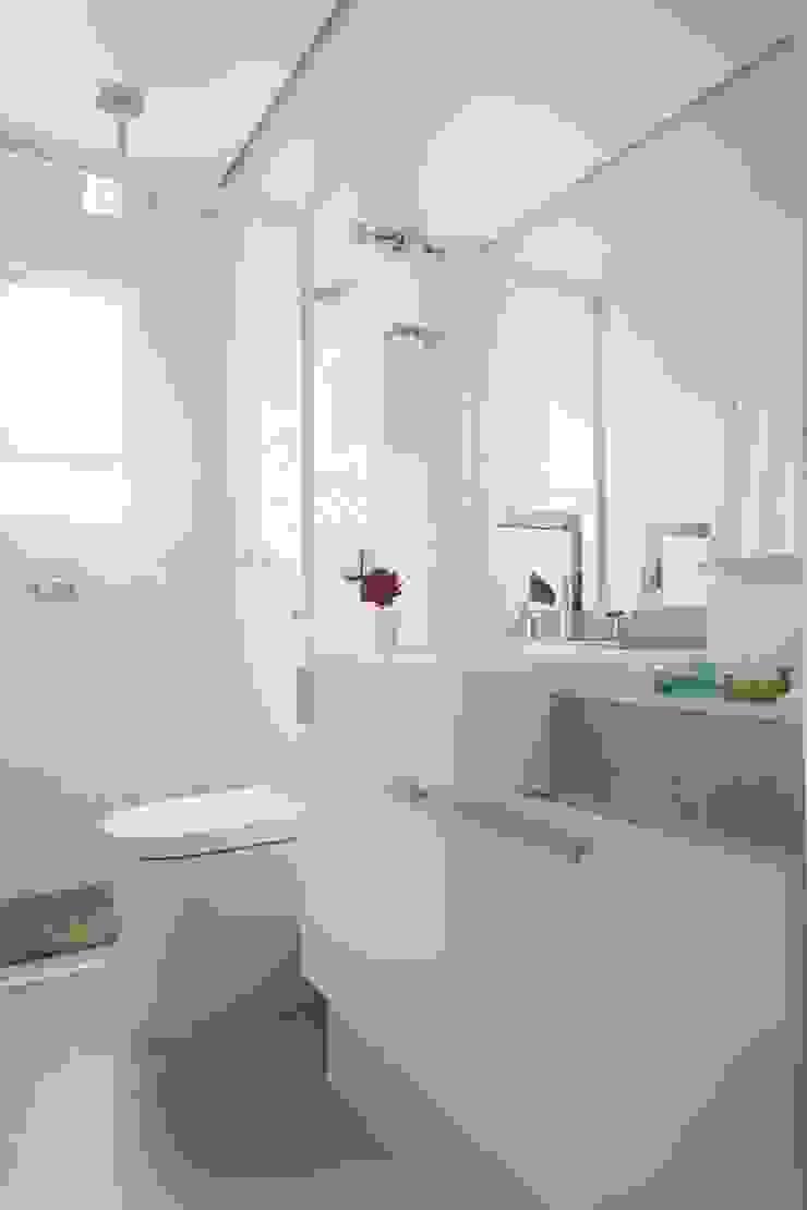 Apartamento Guarujá Banheiros modernos por Antônio Ferreira Junior e Mário Celso Bernardes Moderno