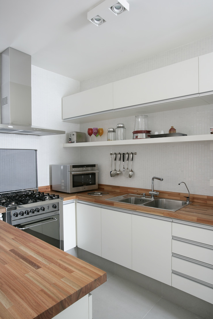 Apartamento Guarujá Cozinhas modernas por Antônio Ferreira Junior e Mário Celso Bernardes Moderno
