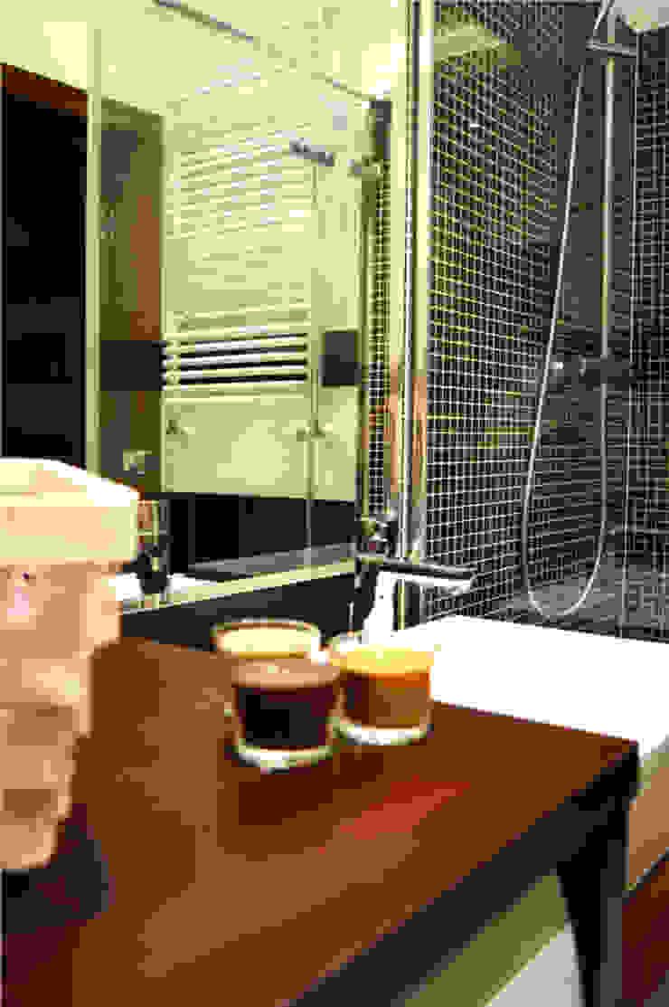 Prosta toaleta w czerni i bieli od Denika Klasyczny Ceramiczny