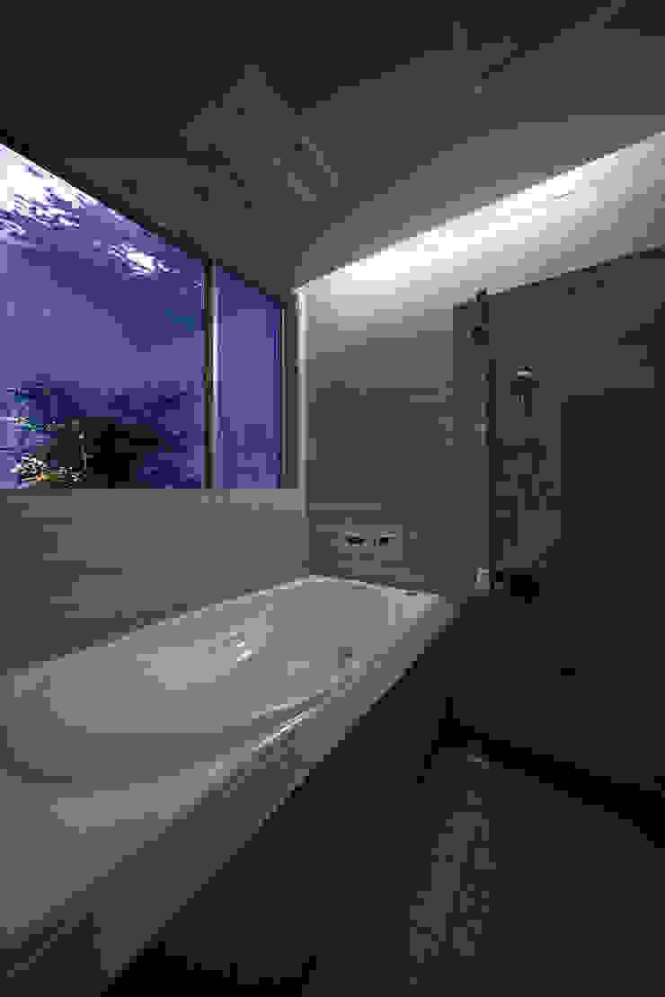 Y8-house「木と石の家」 モダンスタイルの お風呂 の Architect Show Co.,Ltd モダン