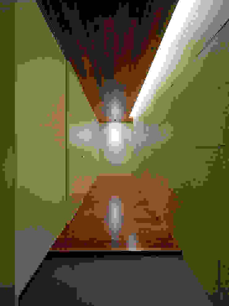 Modern corridor, hallway & stairs by Architect Show Co.,Ltd Modern