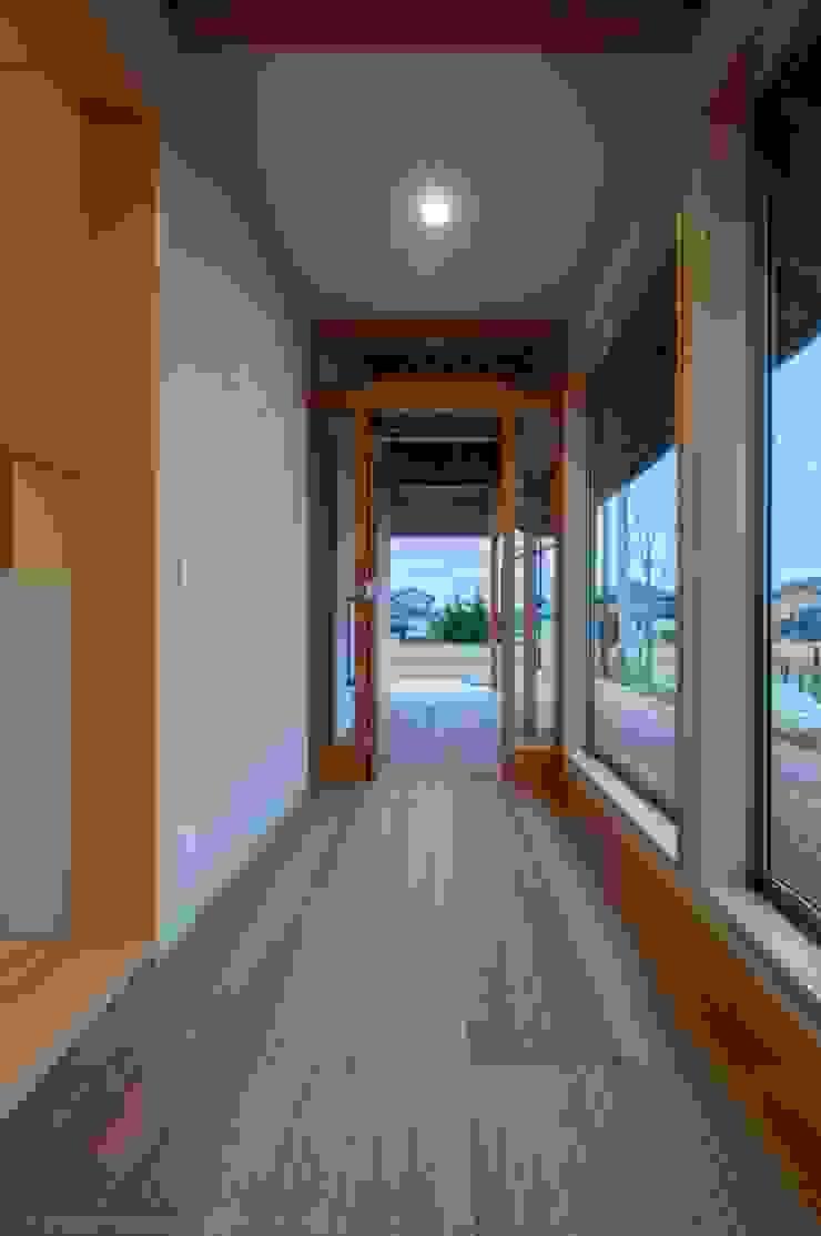 ウッドデッキの玄関 オリジナルスタイルの 玄関&廊下&階段 の 家山真建築研究室 Makoto Ieyama Architect Office オリジナル