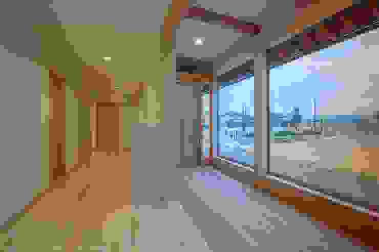 玄関に続く廊下 オリジナルスタイルの 玄関&廊下&階段 の 家山真建築研究室 Makoto Ieyama Architect Office オリジナル