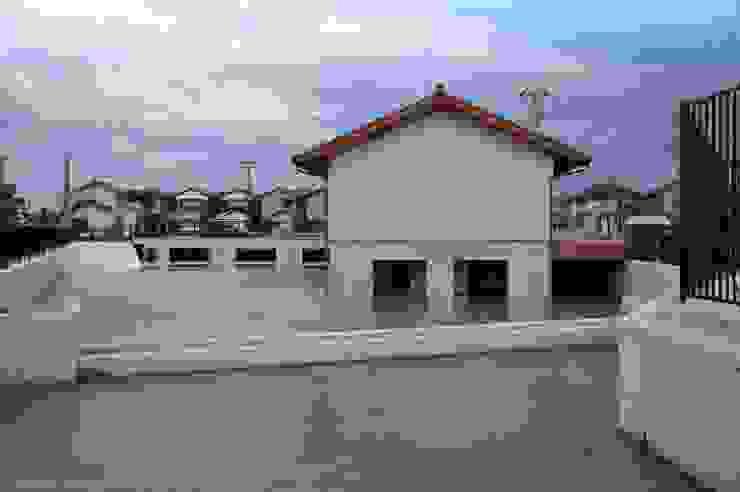 調整池の上に建つ建物 オリジナルな 家 の 家山真建築研究室 Makoto Ieyama Architect Office オリジナル