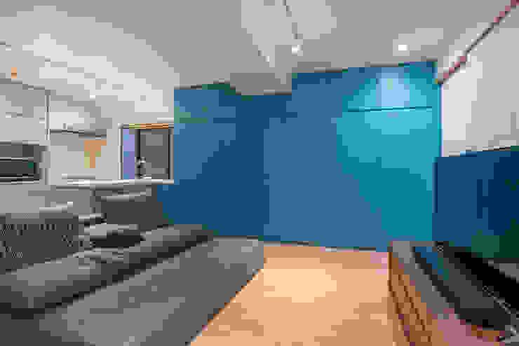 リビング アクセントカラーの壁面収納 の 家山真建築研究室 Makoto Ieyama Architect Office