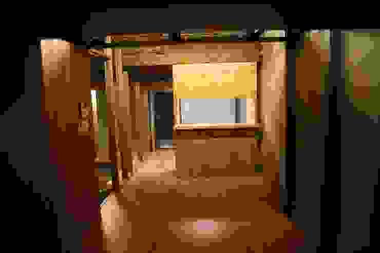 Salones de estilo moderno de IEUNG Architect Moderno