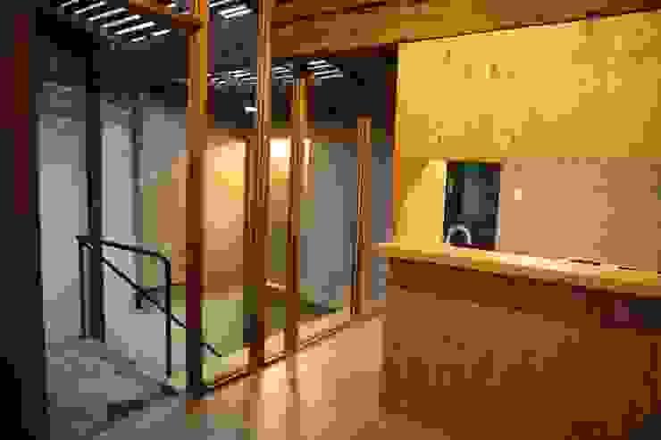Pasillos, vestíbulos y escaleras de estilo moderno de IEUNG Architect Moderno