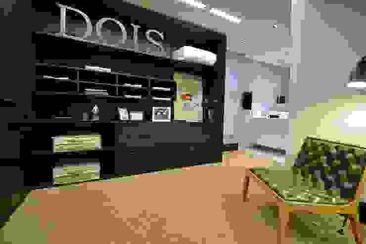 Suíte DOIS (em masculino) Closets por Marcelo Minuscoli - Projetos Personalizados Moderno