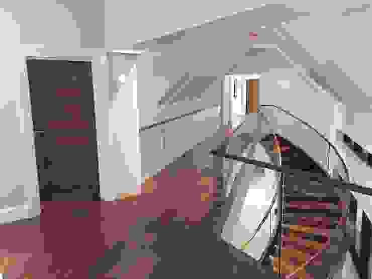 Luxury Staircase Corredores, halls e escadas modernos por Haldane UK Moderno