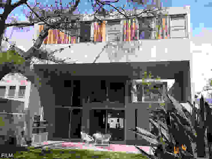 Nowoczesne domy od FILM OBRAS DE ARQUITECTURA Nowoczesny Beton