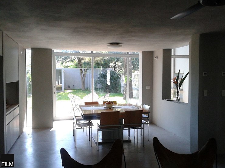 Modern dining room by FILM OBRAS DE ARQUITECTURA Modern Concrete