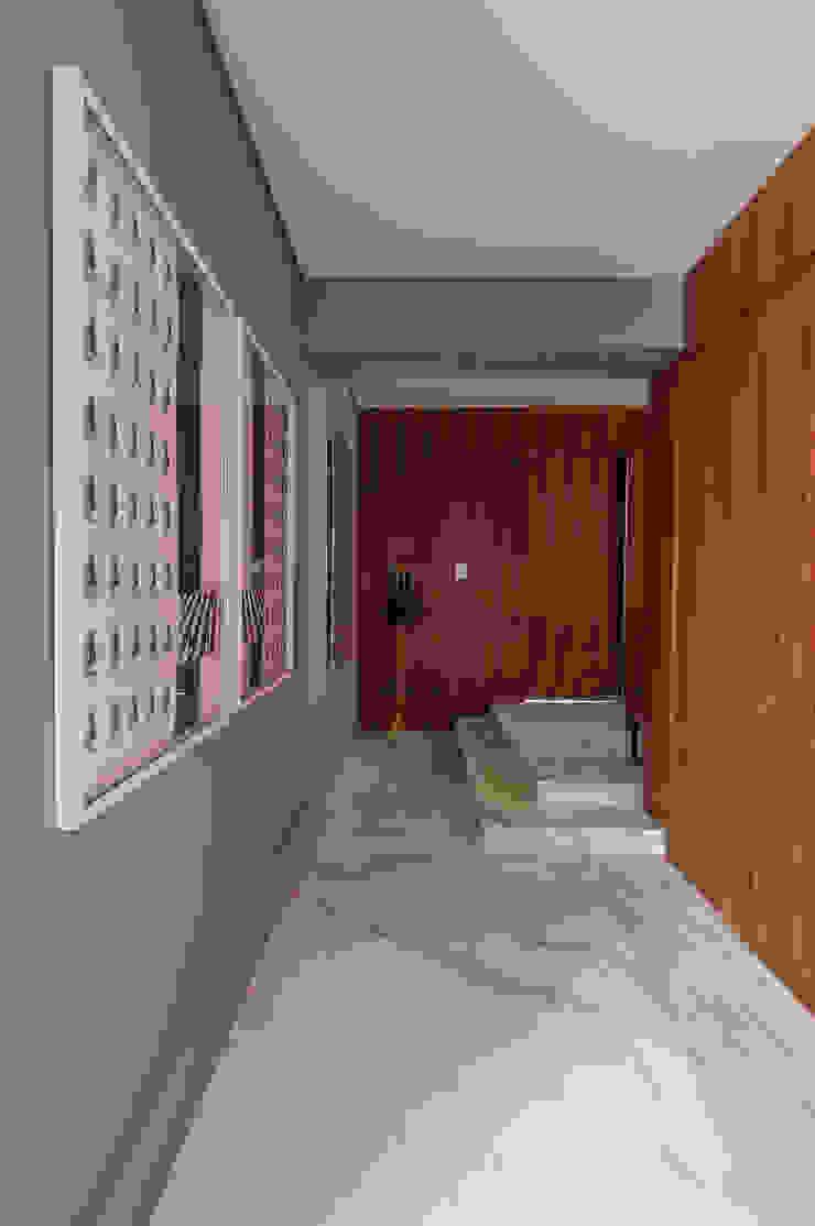 Pasillos, vestíbulos y escaleras modernos de Antônio Ferreira Junior e Mário Celso Bernardes Moderno