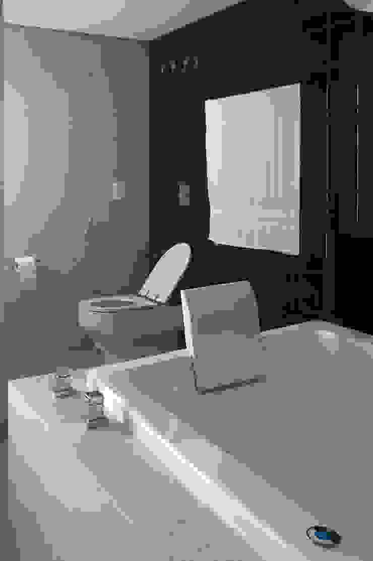 Baños modernos de Antônio Ferreira Junior e Mário Celso Bernardes Moderno