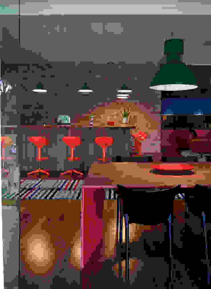Residência Embu Salas de jantar modernas por Antônio Ferreira Junior e Mário Celso Bernardes Moderno