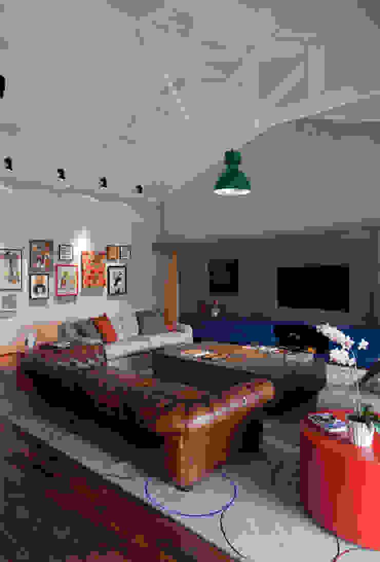Residência Embu Salas de estar modernas por Antônio Ferreira Junior e Mário Celso Bernardes Moderno