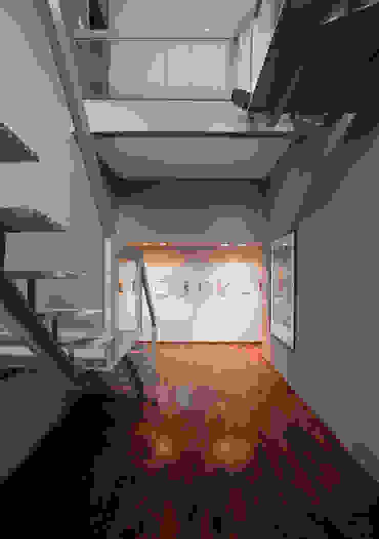 Residência Embu Corredores, halls e escadas modernos por Antônio Ferreira Junior e Mário Celso Bernardes Moderno
