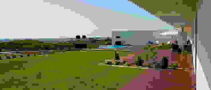 Casa do Zambujal: Terraços  por André Pintão,Moderno Madeira maciça Multicolor
