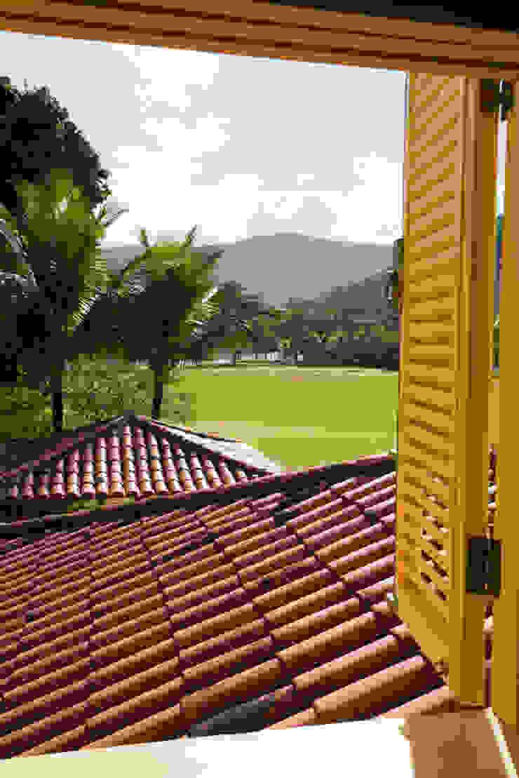 RESIDÊNCIA SL Portas e janelas rústicas por MADUEÑO ARQUITETURA & ENGENHARIA Rústico