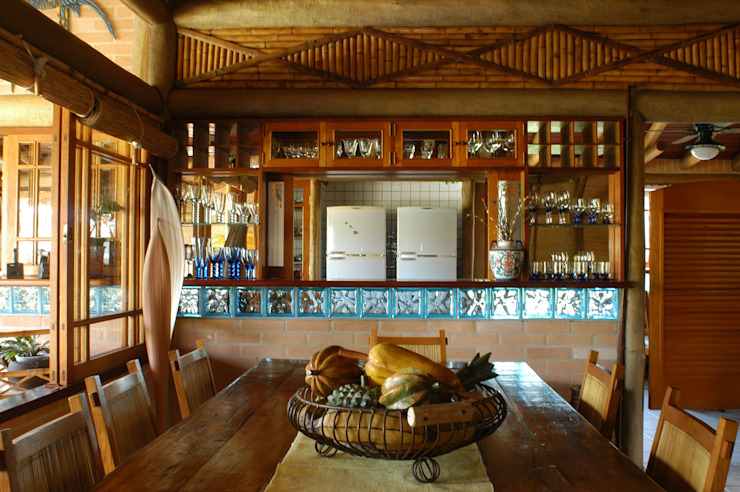 Rustic style dining room by MADUEÑO ARQUITETURA & ENGENHARIA Rustic