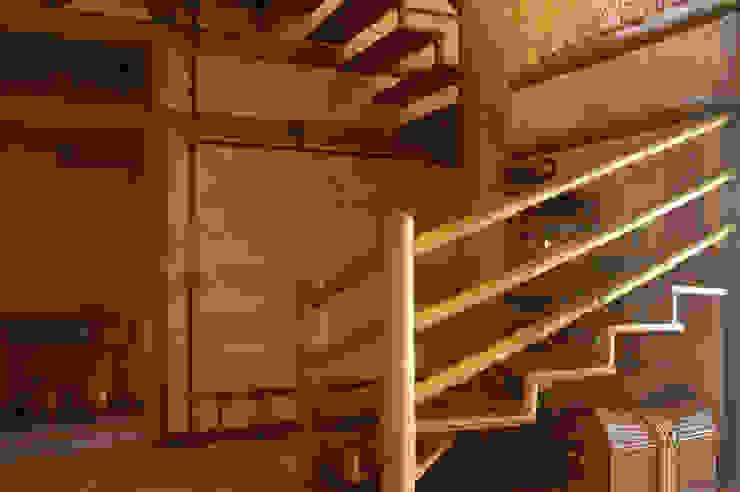 MADUEÑO ARQUITETURA & ENGENHARIA Rustic style corridor, hallway & stairs