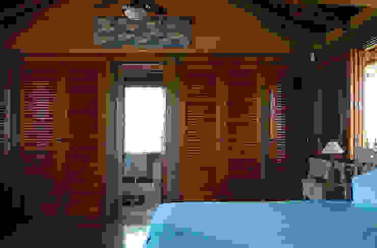 MADUEÑO ARQUITETURA & ENGENHARIA Camera da letto in stile rustico