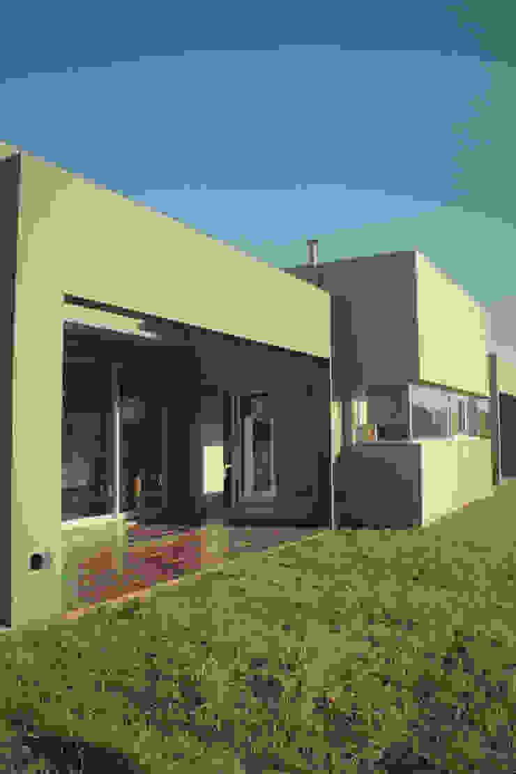 Minimalist house by JORGELINA ALVAREZ I arquitecta I Minimalist