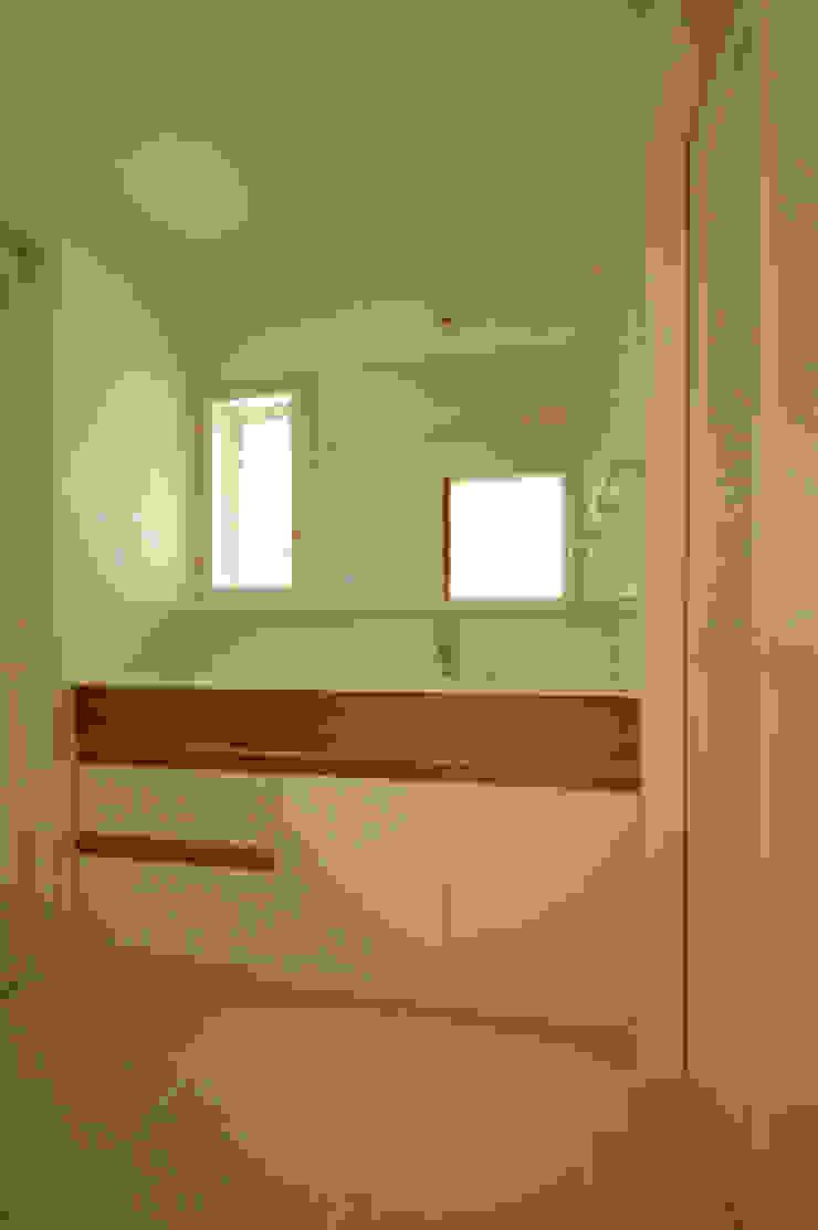 洗面所 クラシックスタイルの お風呂・バスルーム の 小林良孝建築事務所 クラシック 無垢材 多色