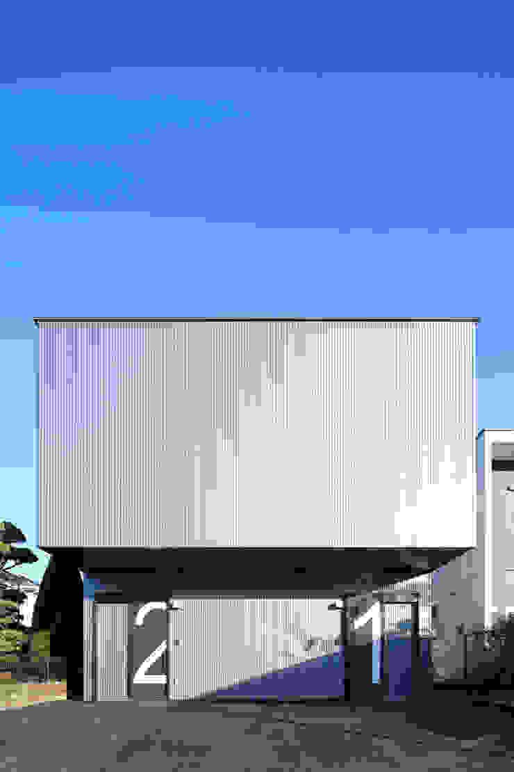 シンプル モダンな 家 の 猪股浩介建築設計 Kosuke InomataARHITECTURE モダン 金属