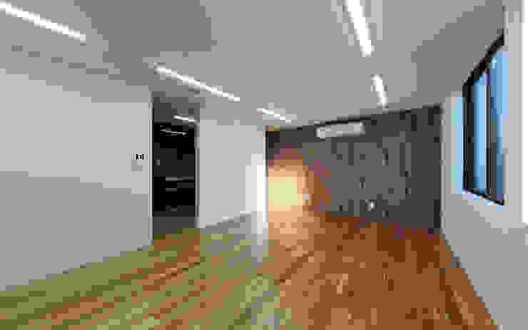 シンプル モダンデザインの 多目的室 の 猪股浩介建築設計 Kosuke InomataARHITECTURE モダン 金属
