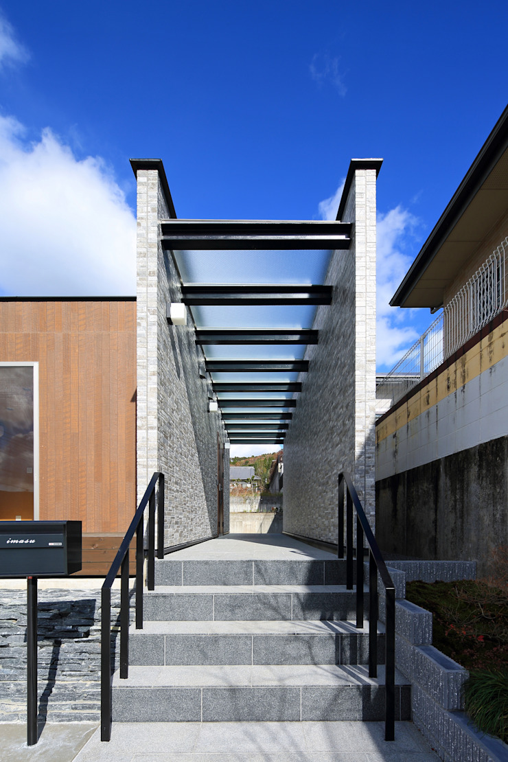 玄関ポーチ モダンな 家 の 猪股浩介建築設計 Kosuke InomataARHITECTURE モダン タイル