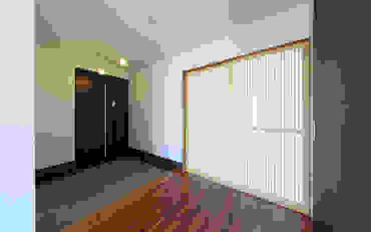 玄関ホール モダンスタイルの 玄関&廊下&階段 の 猪股浩介建築設計 Kosuke InomataARHITECTURE モダン 木 木目調